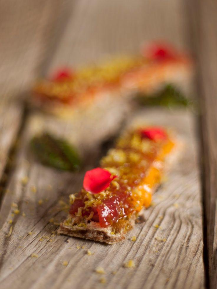 Delicioso entrante de atún rojo sobre un crujiente pan de centeno.           TOSTA DE ATÚN ROJO     Ingredientes:     Atún rojo cortado en ...