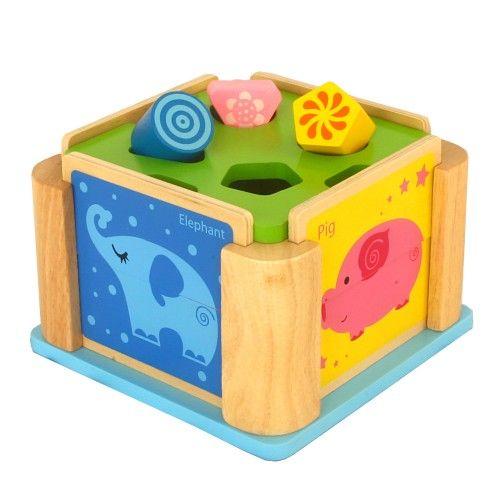 Cub din lemn pentru sortarea formelor, cu patru laturi demontabile - fiecare fiind un puzzle cu animale formate din două piese. Provocare amuzantă care contribuie la dezvoltarea abilităţilor motorii fine, învăţarea formelor, culorilor şi animalelor.Abilități dezvoltate: Abilităţi motorii fine, Coordonare mână-ochi, Abilităţi de rezolvare a problemelorMateriale: lemn de arbore de cauciuc și MDF, Greutate: 1044g, Dimensiuni: 19x13x19cm De la 18 luni
