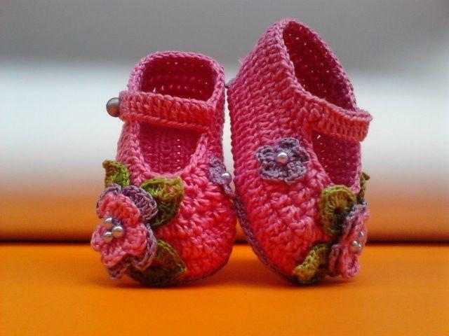 A140 Sapatinho de croche rosa menina