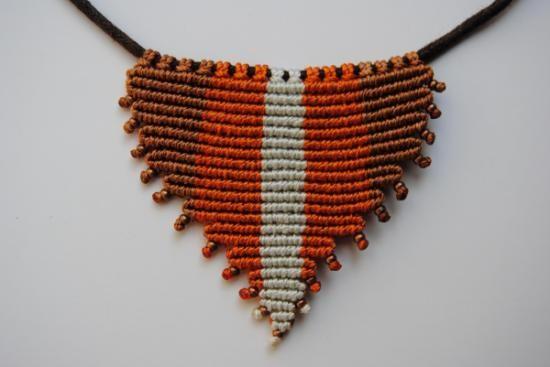 collar triangular de macramé  hilo encerado y c.algodón,cuentas metálicas,cierre metálico macramé