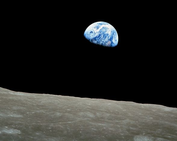 En efecto, este es el resultado de la primera vez que se logró fotografiar la Tierra desde el espacio profundo. Se trata sin duda de uno de los retratos más hermosos tomados hasta la fecha, en el que nuestro planeta se observa como una esfera ensombrecida de un azul intenso que se alza sobre el horizonte lunar. Este hito astronómico acaba de cumplir 45 años, ya que la captura se realizó el 24 de diciembre de 1968 durante la misión Apolo 8, el primer viaje espacial tripulado que sobrepasó el…