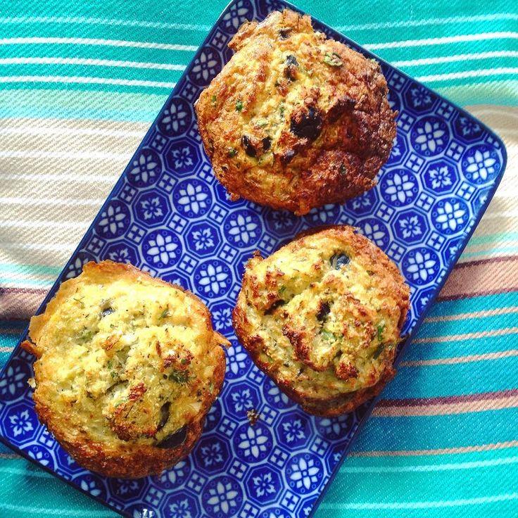 Nieuw probeersel: bloemkoolmuffins. Ze zijn verrassend lekker :-). Voor 12 grote muffins heb je nodig: 500g bloemkoolrijst (zie link in bio voor filmpje) 1 grote ui in stukken 4 tenen knoflook 150g zwarte olijven in ringen hand vol verse peterselie gesneden 1 eetl. tijm 6 eieren 1 blikje ansjovis in olijfolie peper en zout meng en hak de ui knoflook en ansjovis incl. de olie in de keukenmachine en doe dit in een grote kom voeg de bloemkool kruiden en olijven toe en meng het geheel voeg de…