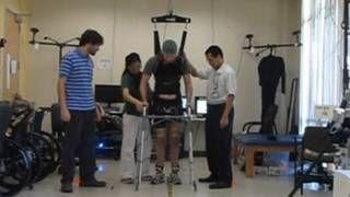 Hombre parapléjico logró caminar unos cuatro metros utilizando un aparato que lee su cerebro y se comunica con los músculos de sus piernas,