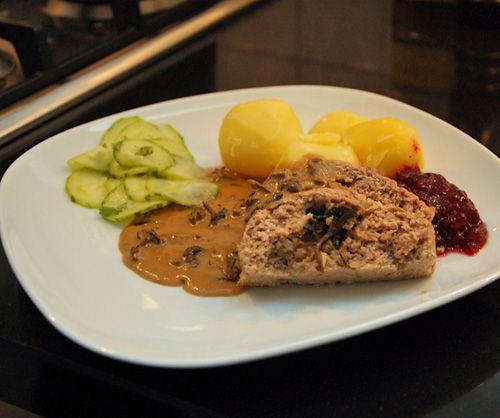 Köttfärslimpa fylld med trattkantareller och Västerbottensost