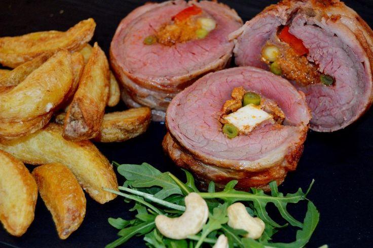 Flanksteak med fyld – svøbt i bacon. En ny og lækker måde at tilberede en flanksteak på. http://jellingnaturkod-blog.com/2015/01/28/flanksteak-med-fyld-svobt-i-bacon/