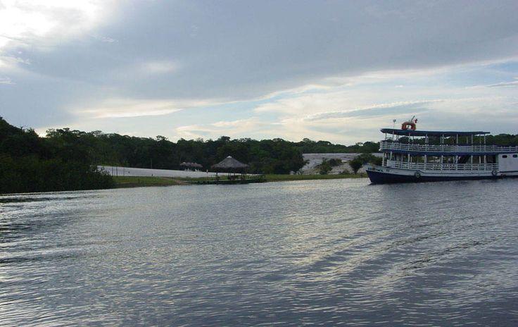 Barco no rio Tarumã, um afluente do rio Negro, no estado do Amazonas, Brasil.