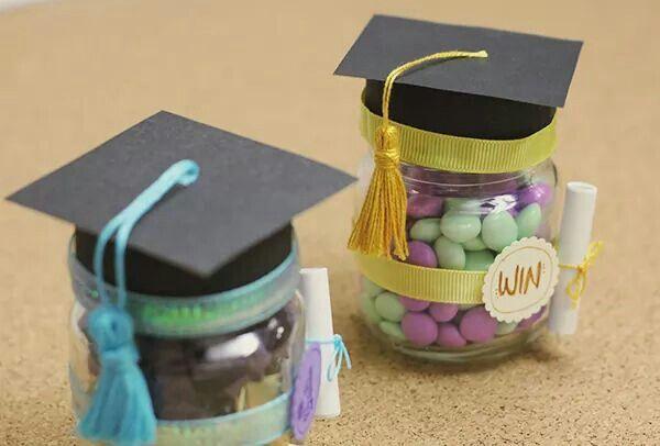 Para los recién graduados: Frascos reciclados, con birrete.  Acá el tutorial: http://craftingeek.me/2014/05/regalo-para-graduacion-frasco-con-birrete/