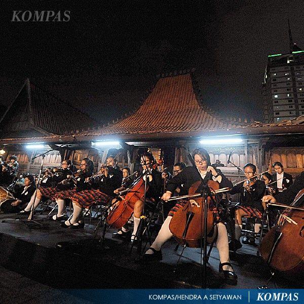Komunitas Tjroeng yang berkolaborasi dengan kelompok musik Batavia Mood, SMA Tarakanita I, dan SMA Pangudi Luhur mementaskan musik keroncong dan orkestra di Bentara Budaya Jakarta, Senin (27/10) malam. Pementasan tersebut untuk memperingati Sumpah Pemuda.   Photographer: Hendra A Setyawan   Edisi: Harian Kompas 2014-10-28 #KompasFoto