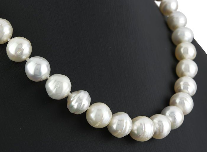 Choker made of Australian South Sea pearls, with yellow gold clasp and with brilliant cut diamonds