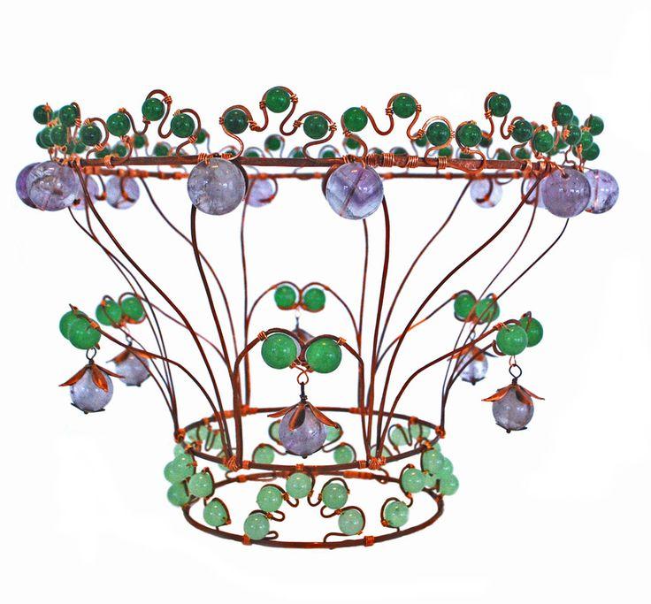 Brudkrona i allmogestil av koppartråd, ametis och grön jade.