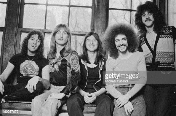 Left to right: drummer Aynsley Dunbar, bassist Ross Valory, singer Steve Perry, guitarist Neal Schon and singer/keyboard player Gregg Rolie. Description from gettyimages.de. I searched for this on bing.com/images