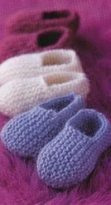 Pantoufles pour bébé très facile à réaliser. Taille : naissance à 3 mois. Aiguilles N°4 Fournitures : Laine Aiguilles N°4 Échantillon : 22m. et 40 rangs = 10 cm. tricoter au point mousse avec les aiguilles no 4. Réalisation : Semelle : Monter 14 mailles...