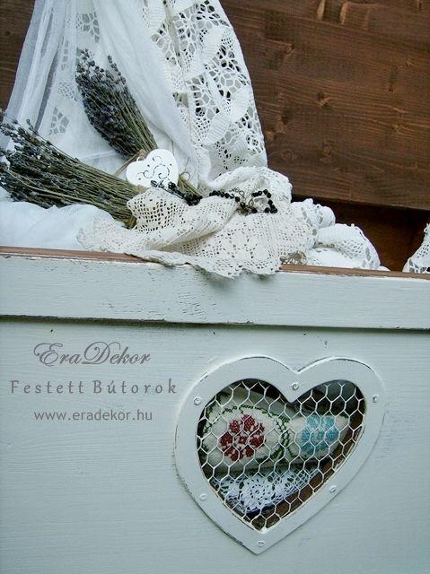 Provence-i stílus, vidéki hangulat. Kanapé melletti asztalként is használható antikolt fehér kincsesláda. Fotó azonosító: PROVSZIV15