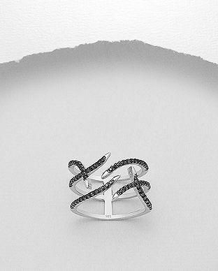 Fantastisk Avant-Garde Ring med Sorte Zirkoner perfekt til de moderne brude, hos Norlume.dk