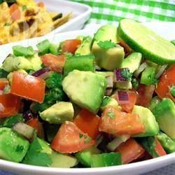 Avocado Tomatensalade: 2 rijpe avocado's, 2 grote rijpe vleestomaten, 2 eetlepels vers citroensap, 3 eetlepels gehakte koriander, zout en peper naar smaak. Snijd de avocado in stukjes. Snijd de tomaat ook in stukjes. Voeg citroensap toe