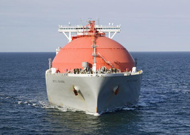 Flying gespot 16 april 2015 op de Noordzee in diepwaterroute west van IJmuiden de LNG carrier 'Arctic Voyager'  http://koopvaardij.blogspot.nl/2015/04/flying-gespot_19.html