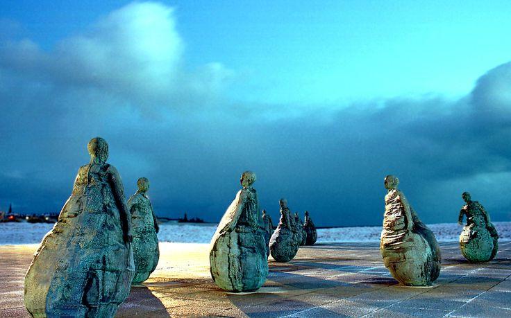 Conversation Piece sculpture by Juan Munoz on a frosty dawn in South Shields.