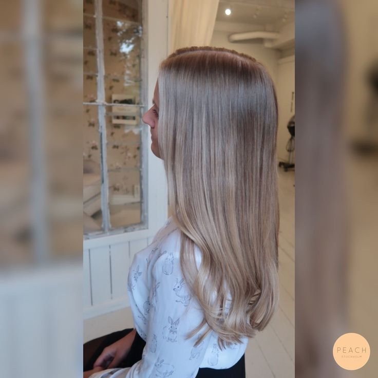 Beige blond hårfärg med slingor