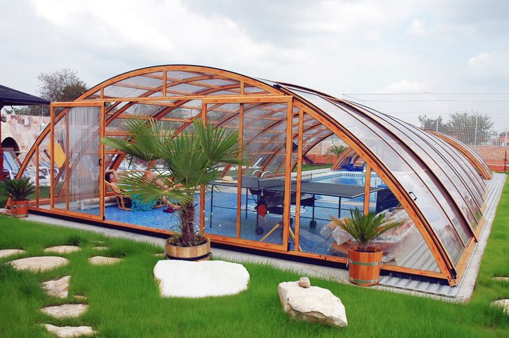 Volný vnitřní prostor pod zastřešením bazénu UNIVERSE lze využít například k posezení s přáteli nebo ke sportování.