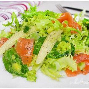 Зеленый салат с лососем, кукурузой и заправкой из авокадо