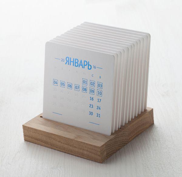 Календарь на деревянной подставке. Настольный календарь