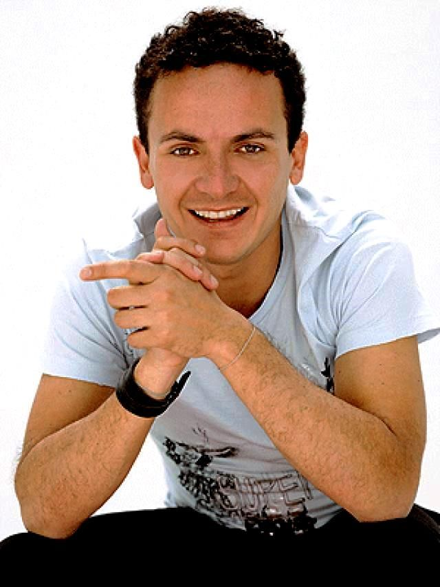 Juan Fernando Fonseca, comúnmente conocido como Fonseca, es un cantante y compositor colombiano. Con su música mezcla de pop y ritmos folclóricos colombianos, ha alcanzado éxito internacional.
