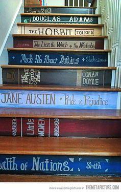 Gran idea. Si tienes escaleras en tu casa puedes pintar los lomos de tus libros preferidos