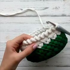 Um acabamento lindo para cestos, aprendam #videoaulas #crochet #basket #trapillo #fiosdemalha By @tri_nitki_school