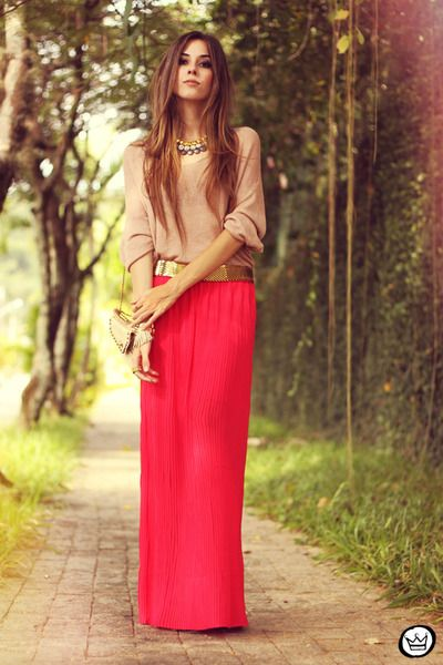 Gorgeous modest fashion...love the mixture of tan, gold, and a bright pop of pink. It makes for a casual yet glam look!