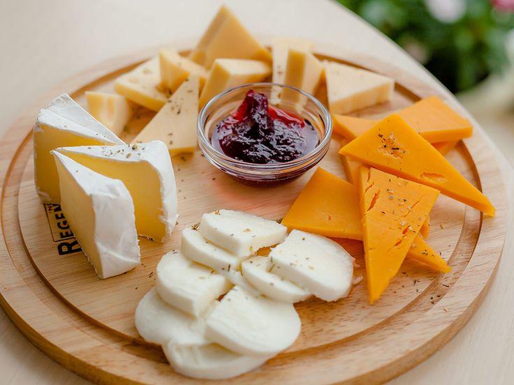 SOUND: https://www.ruspeach.com/en/news/13661/     Сыр отлично сочетается с мармеладом и является вкусной закуской. Нарежьте разные сорта сыра и подайте вместе с любимым джемом. Ваши гости несомненно оценят эту необычную закуску.    Cheese is perfectly combined with fruit jelly and it is a tasty snack. Cut different sorts of cheese and serve together with your favourite jam. Your guests will undoubtedly appriciate this unusual snack.    отлично [atlichno] - perfectly  вместе