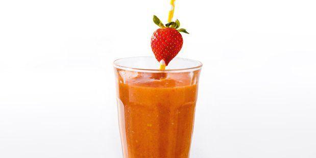Smoothie van enkel gepureerde tomaten, mango en aardbeien, zonder toevoeging van melk.