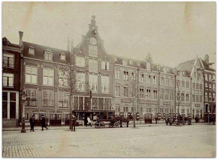 In 1575 begon de familie Bols aan de Amsterdamse Rozengracht met het distilleren van likeuren. In de Gouden Eeuw liet Lucas Bols het familiebedrijf verder tot bloei komen. De laatste erfgenaam van de familie Bols stierf in 1816.