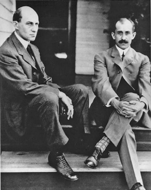 Fratelli Wright: 112 anni dal primo volo - 17 dicembre del 1903: i fratelli Wright  fecero sollevare da terra il loro velivolo mantenendolo controllato in volo per 12 secondi. Ecco la storia del primo volo. - Read full story here: http://www.fashiontimes.it/2015/12/fratelli-wright-112-anni-dal-primo-volo/