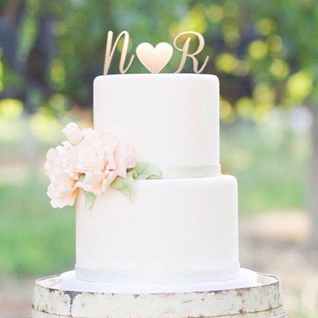 Lindo bolo de casamento, bem minimalista e com as iniciais dos noivos. Adoro essa idéia de topo! || ❤️ Just love the idea of using the bride and groom initials.                                                                                                                                                      Mais