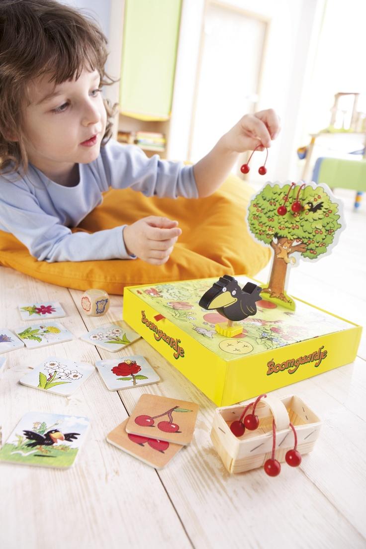 Obstgärtchen - Die saftigsten Kirschen hängen im Garten von Berta Birnbaum. Die Kinder helfen ihr beim Pflücken. Doch auch der freche Rabe schleicht sich heran. Können die Kinder alle Kirschen ernten, bevor der Rabe den Baum erreicht? Ein kooperatives Farbwürfelspiel mit 3-D-Kirschbaum für 1 - 4 Kinder. (Artikelnummer 4460)