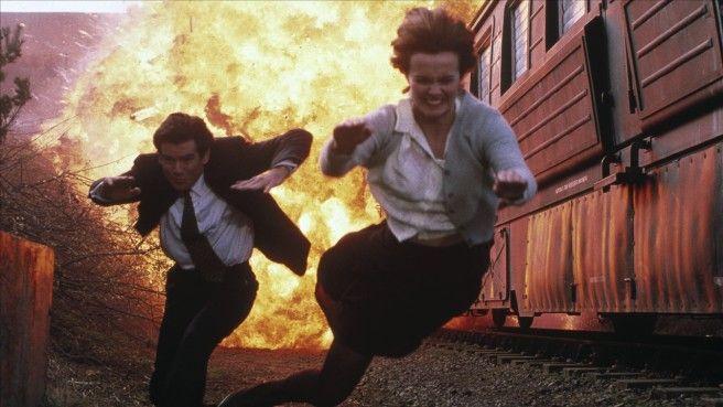 """Vor 20 Jahren kam """"GoldenEye"""" ins Kino, Pierce Brosnans erster Auftritt als James Bond-Die Namen der Frauen sind schon das halbe Vergnügen: Xenia Sergeyevna Onatopp und Natalya Fyodorovna Simonova. Die Sowjetunion hatte den Kalten Krieg verloren, aber die schärfsten Waffen liefen noch herum. Und keine ist schärfer als Xenia Onatopp, im Einsatz für die russische Terror-Organisation """"Janus"""" und von Famke Janssen als aasige Amazone gespielt."""