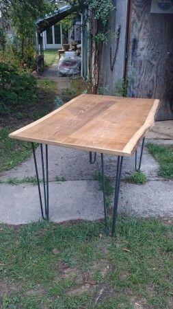 DIY table haute réalisée avec un plateau bois brut et des pieds en épingle.