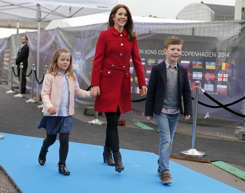La princesa Mary se 'cuela' con sus hijos Christian e Isabella en el festival de Eurovisión