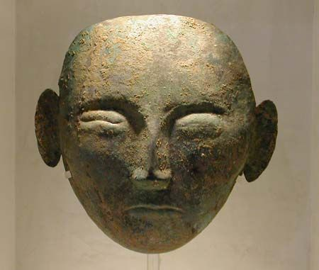 Funeral mask Liao dynasty (907-1125) In silvered bronze Diam. 22cm