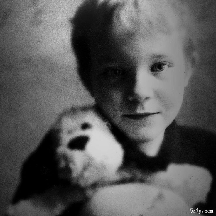 iPhoneography – { best friends } - It has a timeless feel and is processed to emphasise that aspect. 'Best Friends' represents one of the strongest influences in my images, my family.