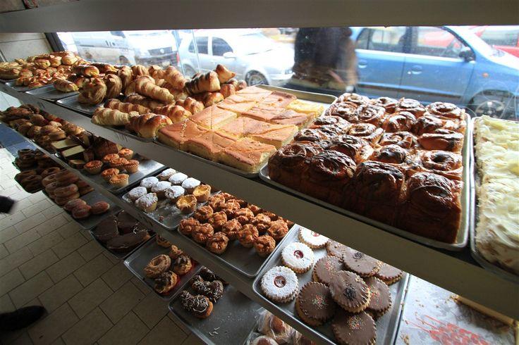 la panadería tiene tantas cosas deliciosas para comer