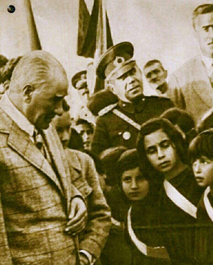 Çağ olmuş Mustafa Kemal Ki yükselir dağlarca Alınmaz burçlarından, alınmaz o Bayrakça..  Yön olmuş Mustafa Kemal Ki uzanır zamanca Ayrılmaz varlığından, ayrılmaz o Toprakça..  Söz olmuş Mustafa Kemal Ki söylenir yamanca Düşmez gönüllerden, düşmez o Halkça...