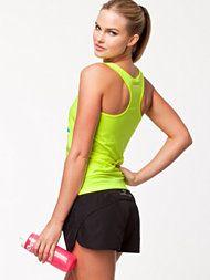 Smart sportstøj til Kvinder fra Nelly. Et godt sæt der er perfekt til løbetur i skoven, eller hvis du går i fitness center.