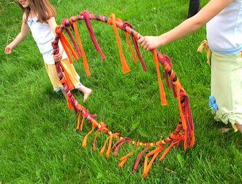 Hoepels met vlammen - perfect om kleine circustijgers te trainen op een kinderfeestje! via Maya*Made