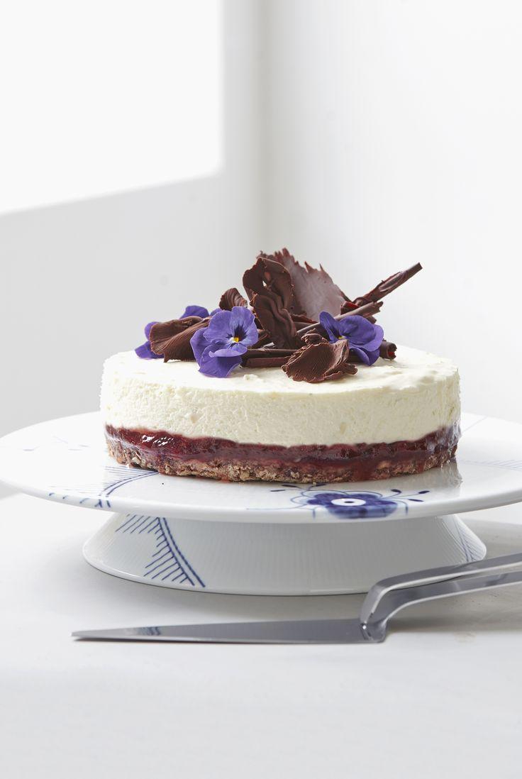 """Den """"moderne# lagkage - Prøv et øjeblik at glemme alt om frosting, glasur, flødeskumsmønstre  og marcipanroser på dine kagekreationer. En ny kagetrend udspringer  af devisen """"less is more"""", så kagen fremstår mere skarp og enkel. #opskrifter #inspirationdk #cake #kage #nakedcake #royalcopenhagen"""