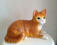 Yatan Kedi Heykeli