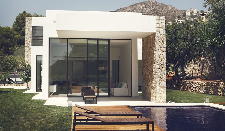 Casa minimalista con vistas al jardín