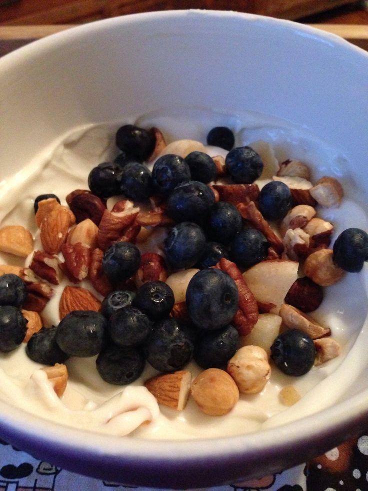 Nova opção de lanche (para quem já pode carbo - e pode trocar o carbo por nuts): iogurte grego Vigor Zero + essência de baunilha Oetker + sucralose. Deixa alguns minutos no freezer e acrescenta 40g de nuts e 40g de mirtilo. Ficou incrível!! Geladinho, suavemente doce, crocante... Ai, ai, acho que vai desbancar a banana e virar meu lanche preferido.