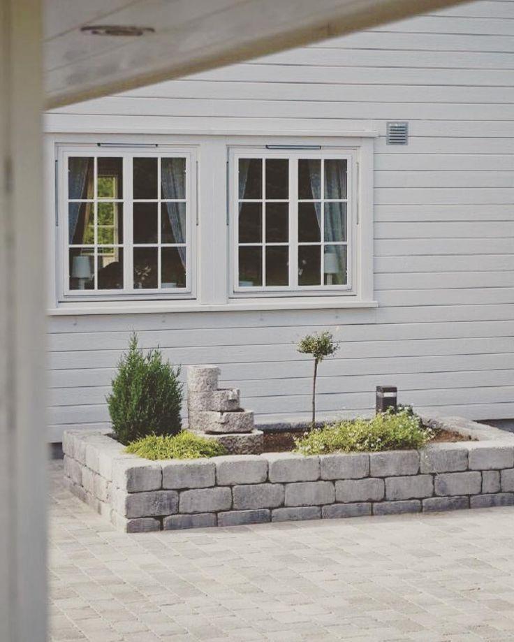 """""""Rådhus mur kan brukes til så mangt! Som hevet blomsterbed foran huset for eksempel! Innbydende og lekkert #rådhusmur #rådhusstøttemur #støttemur…"""""""