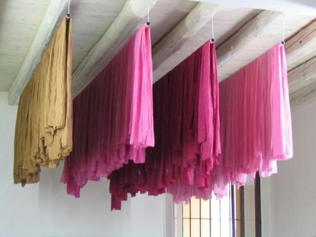 come si tingono i vestiti, i tessuti e i cuscini direttamente a casa con metodi naturali